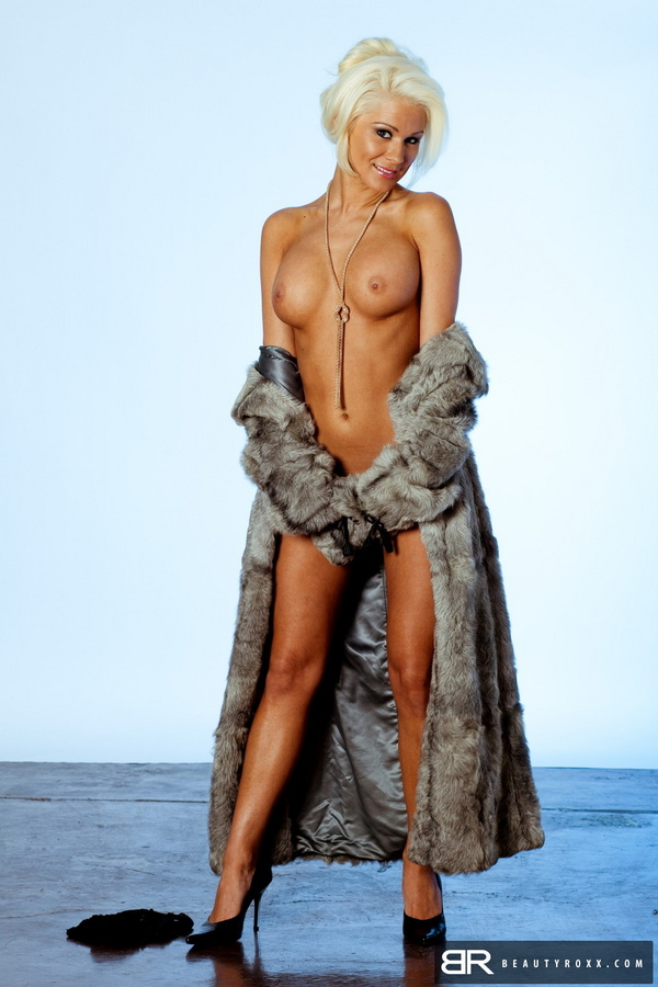 Apologise, Naked women in fur coat opinion