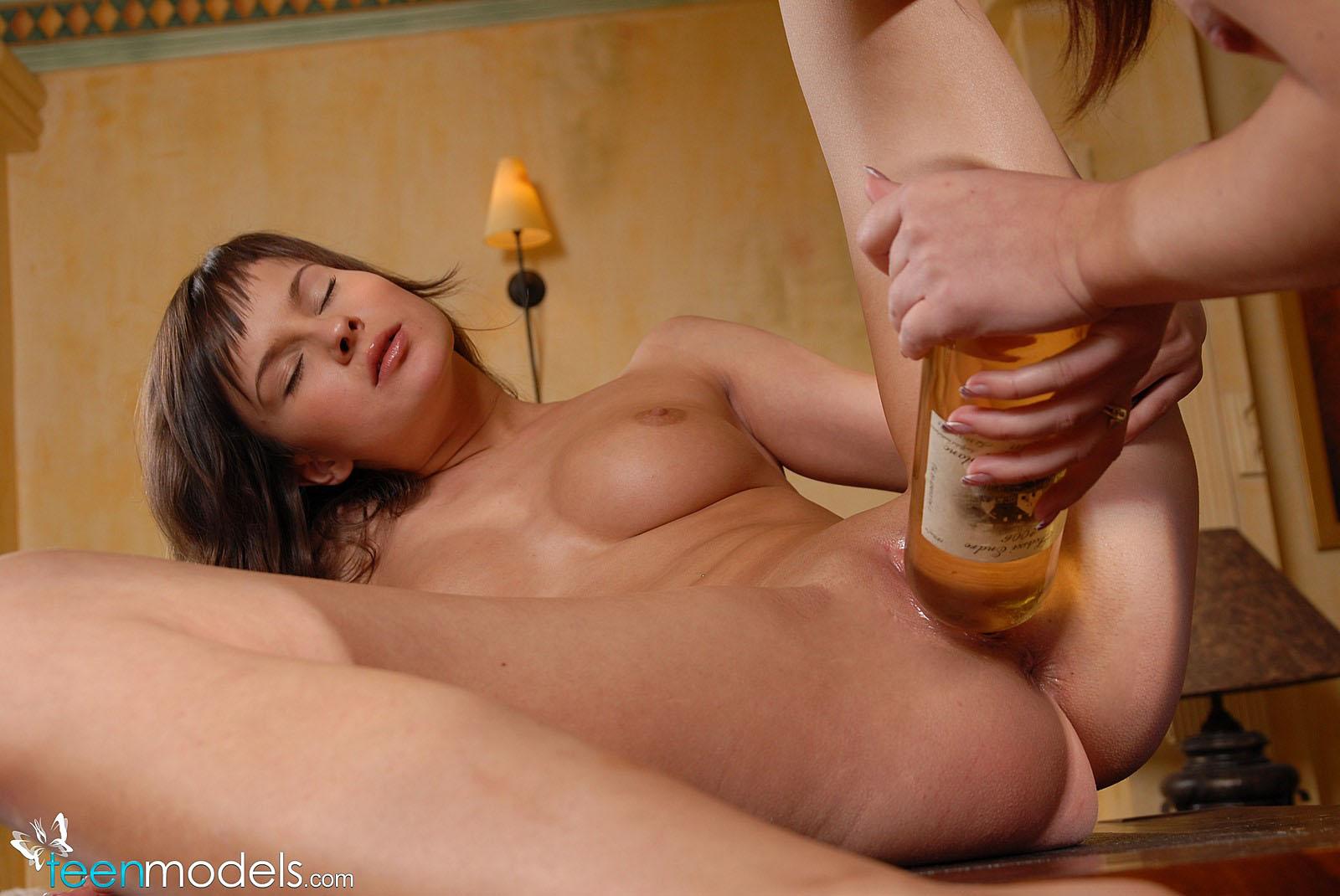 Телка отсасывает под столом пьют пиво 27 фотография